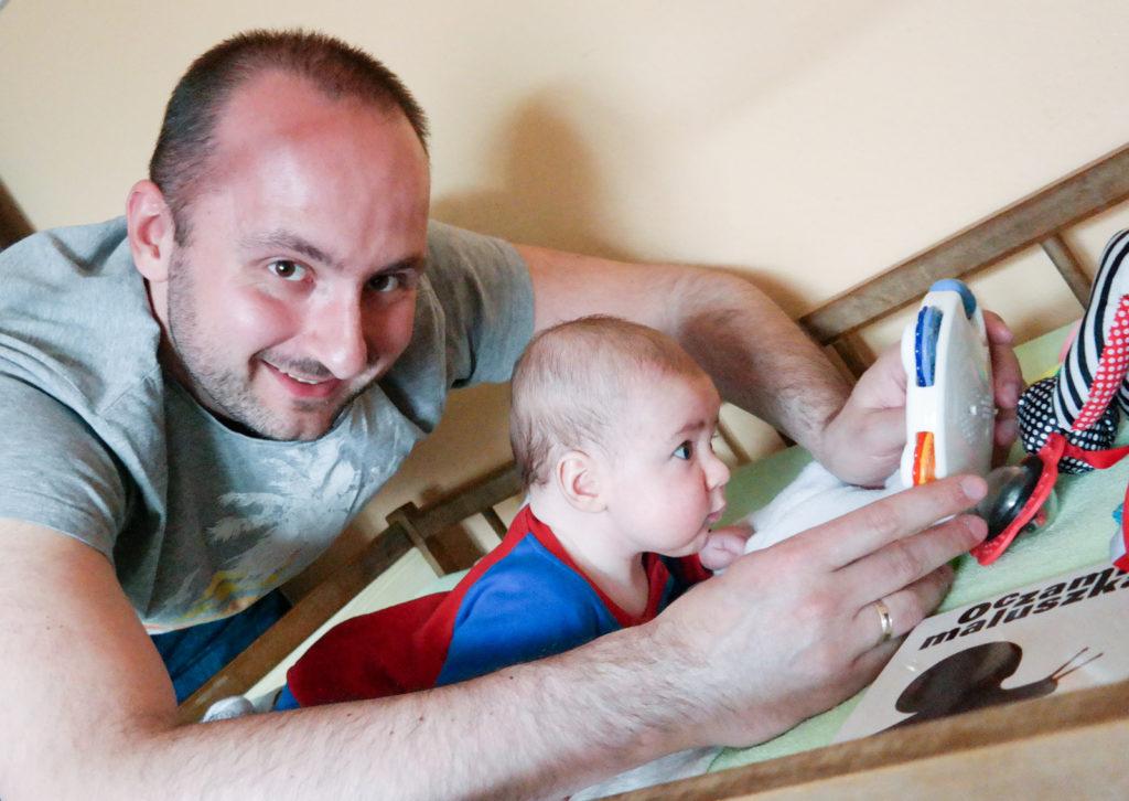 ćwiczenie trzymania głowy z wykorzystaniem lusterka którego ruch śledził syn