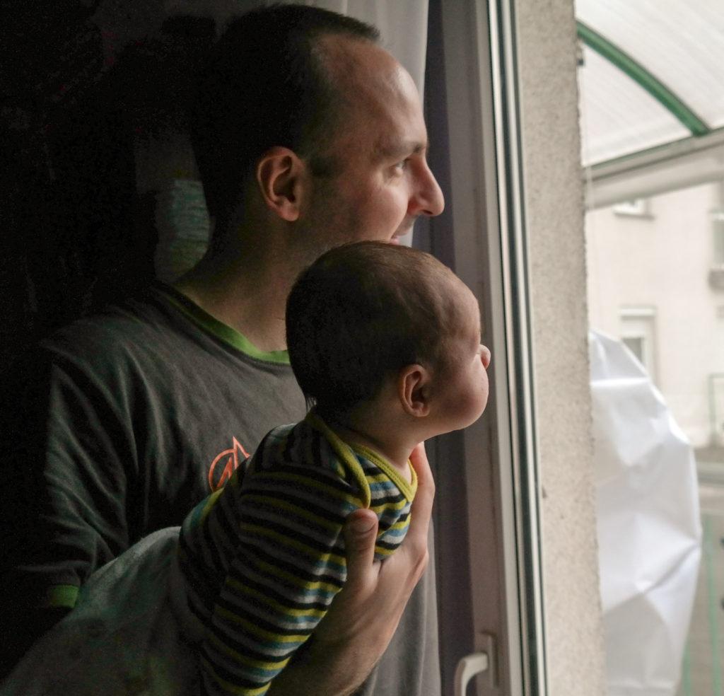 Adaś z tatą w czasie codziennej rannej relacji krajobrazu za oknem