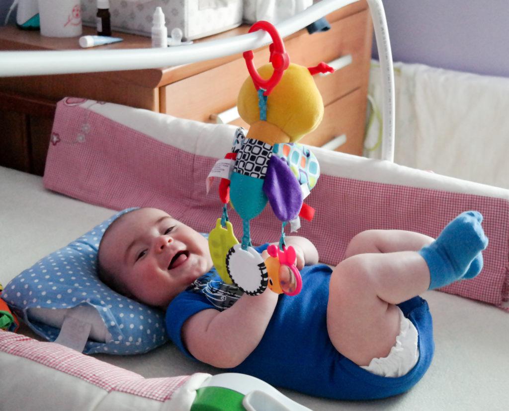Plastikowy pałąk na którym zawieszałam zabawki mające zainteresować syna