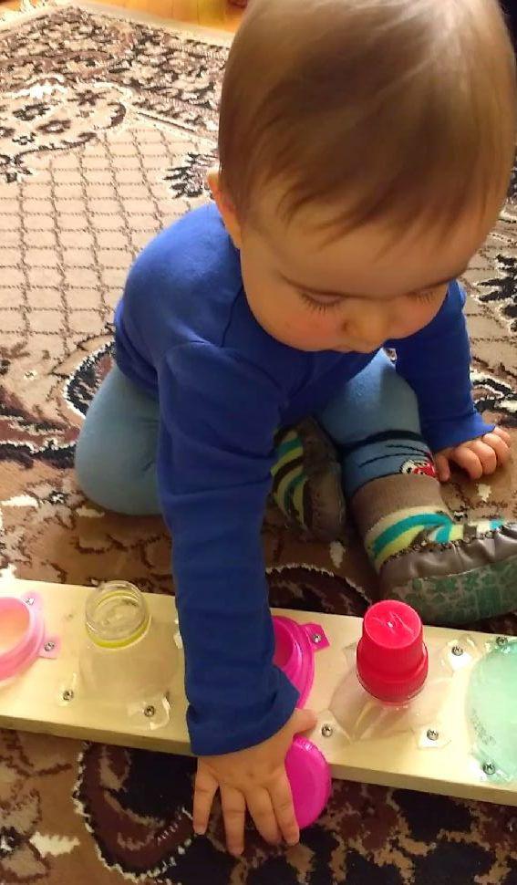 Ćwiczenie sprawności manualnej podczas zabawy w zakręcanie i odkręcanie butelek – koniec miesiąca