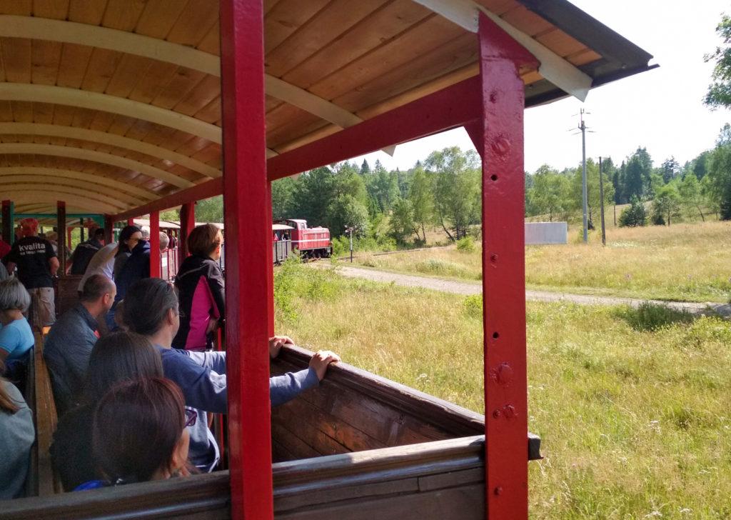 Kręta trasa kolejki umożliwiała podziwianie innej części składu pociagu i machanie podróżującym w innych wagonach