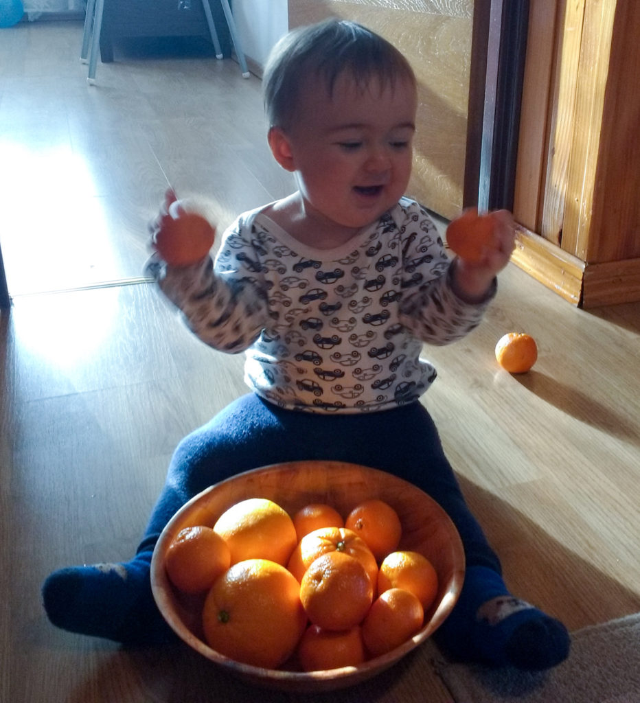 Adaś podczas zabawy owocami umiejętność równoczesnego uchwycenia dwóch przedmiotów koniec miesiąca