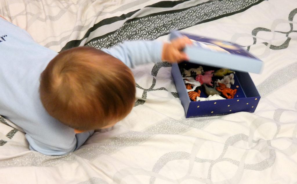 Otwieranie i zamykanie pudełek przez Adasia miesiąc