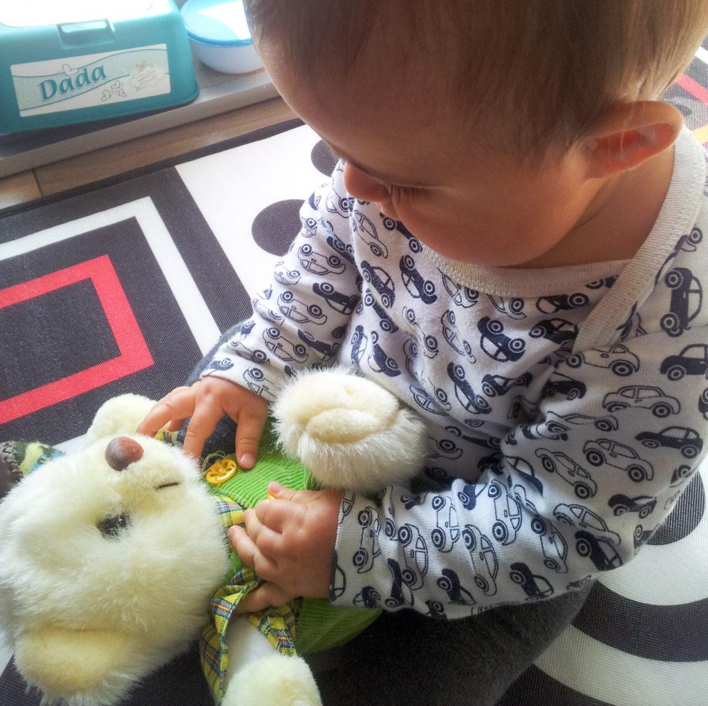 Wyszukiwanie drobnych elementów na zabawkach