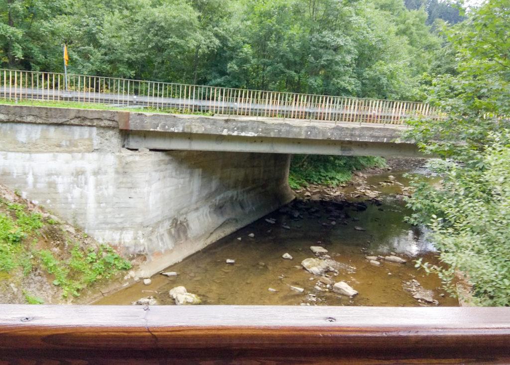 jeden z wielu mostow na rzece solinka