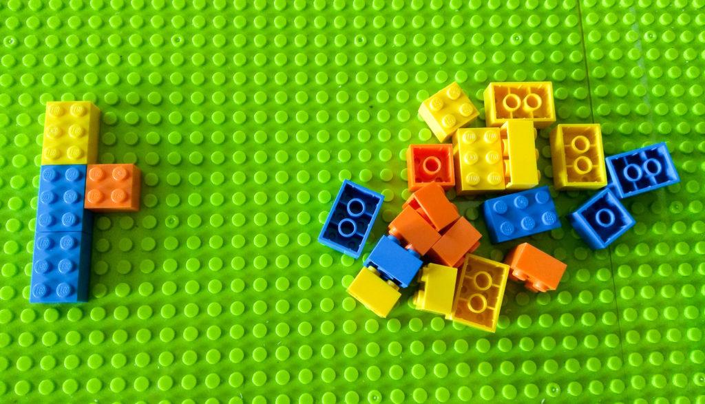 kreatywna zabawa klockami nasladowanie wzoru na plaszczyznie lego