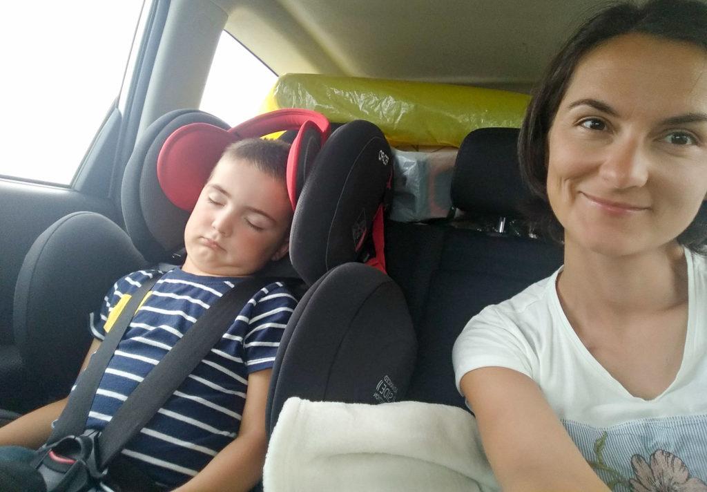 zabawy z dzieckiem w podrozy dziecko spi