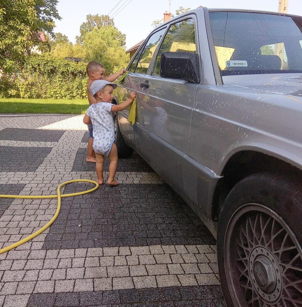 zabawy z dzieckiem w podrozy mycie samochodu przygotowanie do podrozy