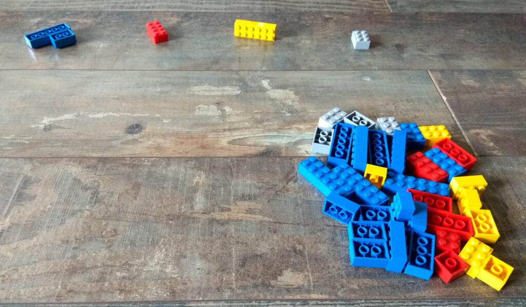kreatywna zabawa klockami kategoryzacja wedlug koloru bez wzgledu na wielkosc