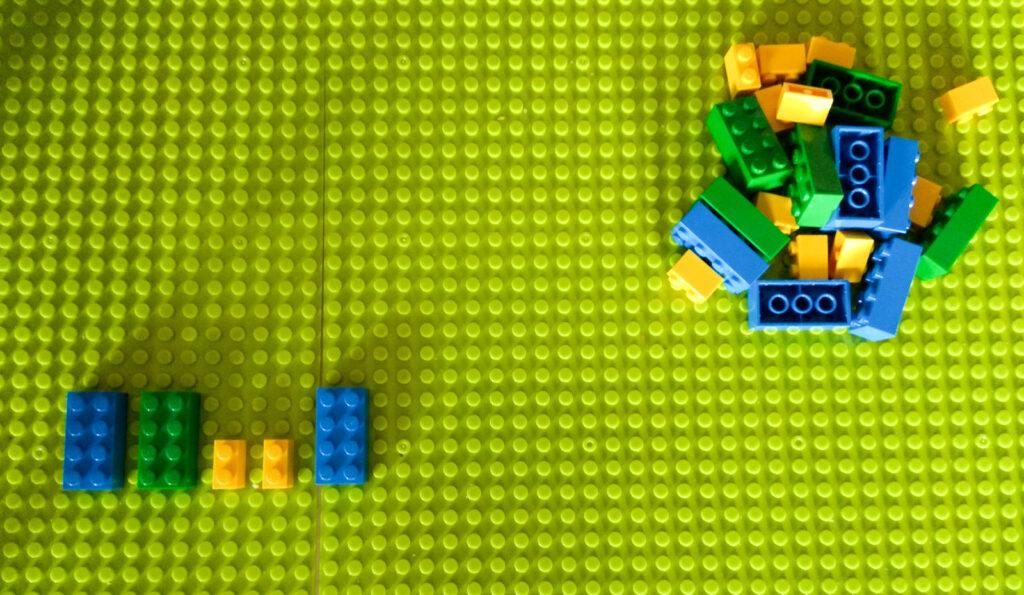 kreatywna zabawa klockami kontytnuowanie sekwencji lego 1